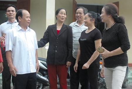 Ông Lê Anh Vinh trao đổi với bà con trong khu phố về thực hiện xây dựng đô thị văn minh.