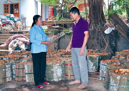 Bà Trần Thị Thịnh luôn bám sát cơ sở để nắm bắt tâm tư, nguyện vọng của nhân dân.