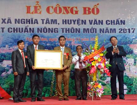 Đồng chí Nguyễn Văn Khánh – Phó Chủ tịch UBND tỉnh trao Bằng công nhận xã Nghĩa Tâm đạt chuẩn nông thôn mới năm 2017.