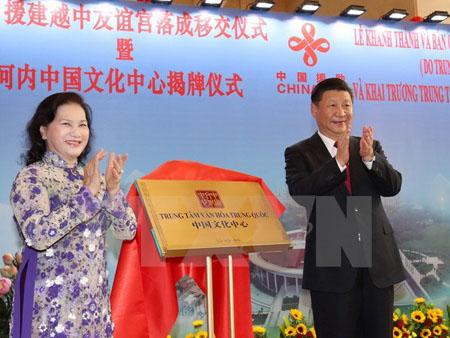 Chủ tịch Quốc hội Nguyễn Thị Kim Ngân và Tổng Bí thư, Chủ tịch Trung Quốc Tập Cận Bình thực hiện nghi thức khai trương Trung tâm Văn hóa Trung Quốc tại Hà Nội.