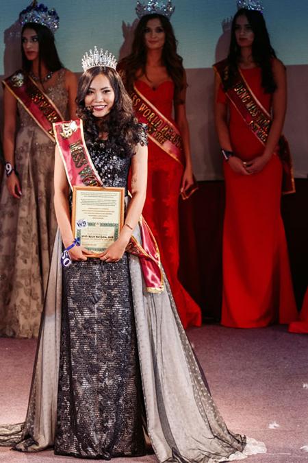 Du học sinh Việt Nam - Y Na Nguyễn Cát Tường Anh nhận giải Hoa hậu Sắc đẹp Âu - Á (một trong những giải thưởng lớn của cuộc thi).
