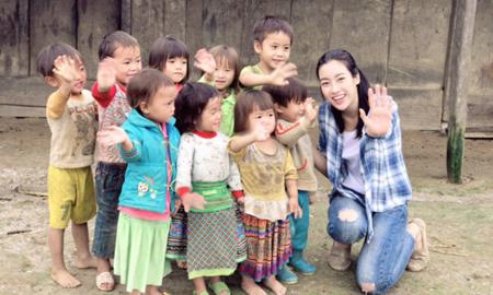 Hoa hậu Mỹ Linh và các em nhỏ bản Cu Vai.