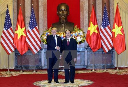 Chủ tịch nước Trần Đại Quang đón Tổng thống Hoa Kỳ Donald Trump.