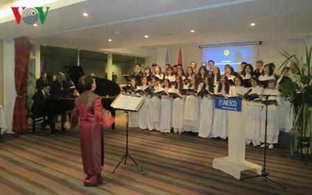 Tổng Giám đốc UNESCO Irina Bokova, Đại sứ đặc mệnh toàn quyền Việt Nam tại Pháp Nguyễn Ngọc Sơn, Đại sứ - Trưởng Phái đoàn Thường trực Việt Nam bên cạnh UNESCO Trần Thị Hoàng Mai và đông đảo khách mời đã tham dự buổi lễ.