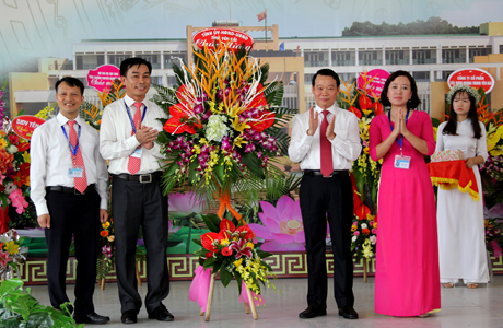 Chủ tịch UBND tỉnh Yên Bái Đỗ Đức Duy tặng hoa chúc mừng thầy cô giáo Trường THPT chuyên Nguyễn Tất Thành nhân dịp khai giảng năm học mới. Ảnh Hoài Văn