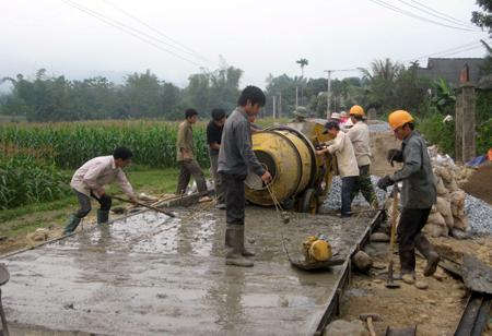 Nhân dân xã Đào Thịnh, huyện Trấn Yên chung sức làm đường nông thôn mới.