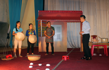 Một buổi luyện tập tiểu phẩm của các tuyên truyền viên tham gia Hội thi Tuyên truyền lưu động tỉnh.