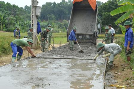 Nhân dân xã Minh Quân tham gia làm đường giao thông nông thôn.