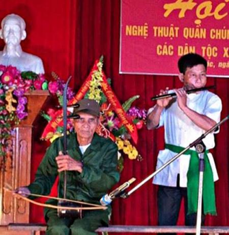 Thông qua tổ chức các hoạt động văn hóa văn nghệ tại các nhà văn hóa thôn, bản, khu phố đã góp phần củng cố và duy trì hoạt động của 264 đội văn nghệ ở cơ sở ở huyện Văn Yên. (Trong ảnh: Một tiết mục trong Hội diễn Nghệ thuật quần chúng và trình diễn trang phục các dân tộc xã Đại Phác).