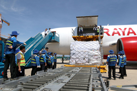 Nhân viên khẩn trương chuyển hàng viện trợ từ máy bay xuống.