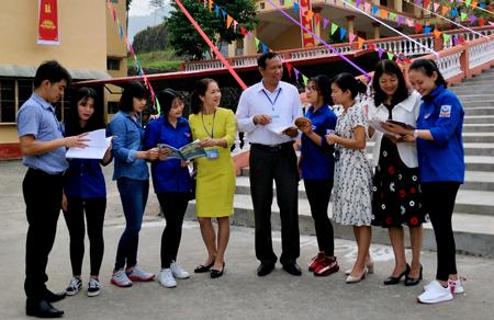 Thầy giáo Ma Quang Thủy - Hiệu trưởng Trường THPT Thác Bà (thứ 5, bên phải) trao đổi công tác chuyên môn với các cán bộ, giáo viên và học sinh nhà trường.