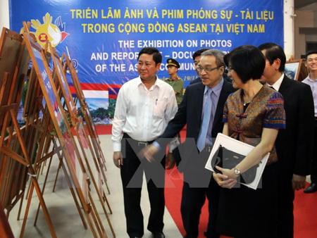 Các đại biểu xem ảnh triển lãm.