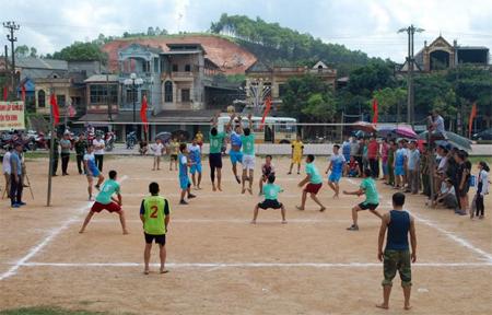 Các vận động viên tham gia thi đấu Giải Bóng chuyền chào mừng kỷ niệm 70 năm Ngày thành lập Đảng bộ huyện Yên Bình.