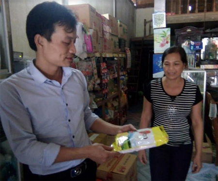 Bà Xuân trò chuyện với khách đến mua hàng.