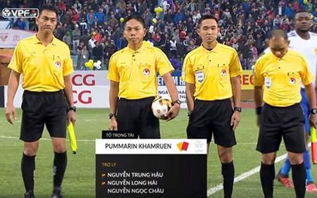 Trọng tài Thái Lan Khamruen (thứ 3 từ trái sang) điều khiến trận đấu CLB Hà Nội vs Quảng Nam trên sân Hàng Đẫy chiều 19/11.