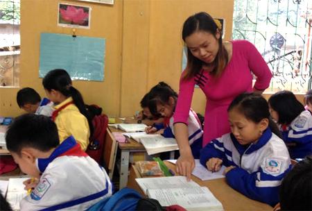 Cô giáo Lê Thị Oanh tận tình truyền đạt cho học sinh những kiến thức mới.