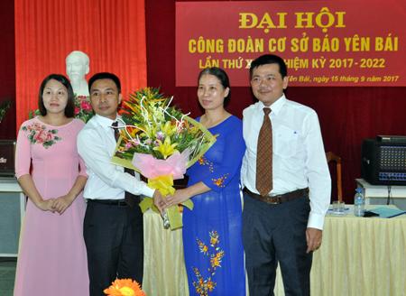 Đồng chí Trần Thị Hoan - Chủ tịch Công đoàn Viên chức tỉnh tặng hoa chúc mừng Đại hội Công đoàn cơ sở Báo Yên Bái, nhiệm kỳ 2017 - 2022. (Ảnh: Đức Toàn)