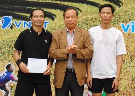 Đại tá Nguyễn Trung Hải - Phó Chủ tịch Hội CCB tỉnh trao thưởng cho đội giành giải Nhất.