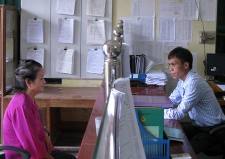 Cán bộ Bộ phận một cửa xã Cát Thịnh, Văn Chấn tiếp và giải quyết công việc cho công dân.