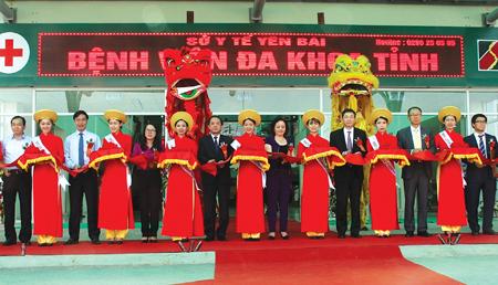 Các đồng chí lãnh đạo tỉnh cắt băng khánh thành công trình Bệnh viện Đa khoa tỉnh Yên Bái đầu tư bằng nguồn vốn vay ODA Hàn Quốc và vốn đối ứng trong nước.