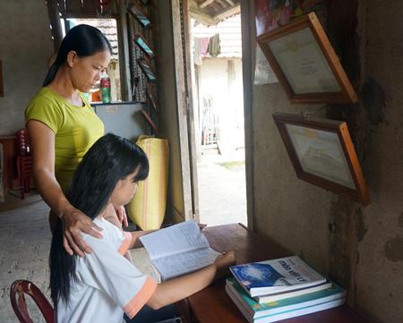 Người mẹ luôn đồng hành và ủng hộ Sen vươn lên trong học tập.