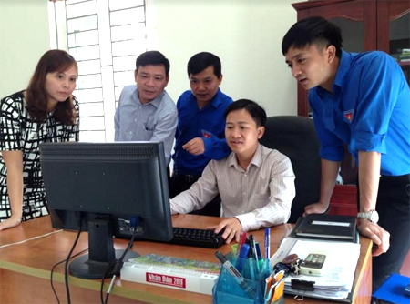 """Cán bộ Tỉnh đoàn và Đoàn Khối Doanh nghiệp tỉnh Yên Bái kiểm tra việc thực hiện mô hình """"Chi đoàn điện tử"""" tại cơ sở."""