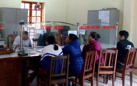 Người dân đến giao dịch tại bộ phận một cửa UBND xã Châu Quế Hạ.