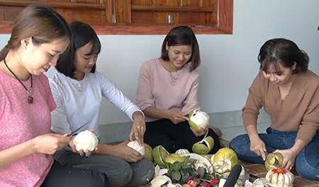 Các thiếu nữ tham gia bóc bưởi trong Lễ hội Bưởi Đại Minh.