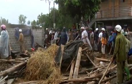 Hỗ trợ người dân vùng lũ khắc phục hậu quả thiên tai.