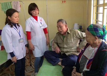 Cán bộ Trung tâm Y tế huyện Văn Yên tận tình thăm hỏi người bệnh.