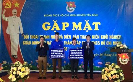 Hội Doanh nhân trẻ tỉnh trao tặng mô hình hỗ trợ thanh niên khởi nghiệp cho 2 thanh niên huyện Yên Bình.