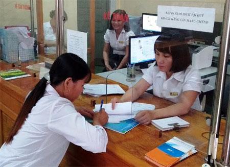 Khách hàng đến giao dịch tại Quỹ Tín dụng nhân dân xã Lâm Giang, huyện Văn Yên.