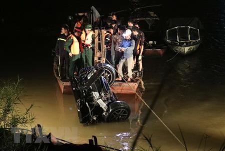 Lực lượng chức năng trục vớt chiếc xe lao xuống sông Hồng.