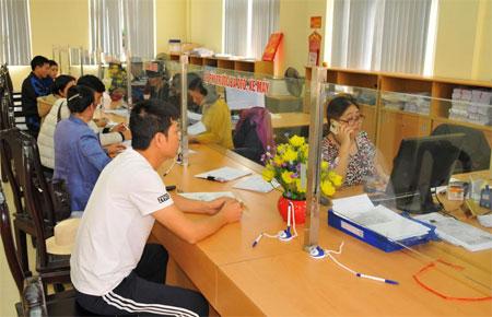 Người dân đến Chi cục Thuế thành phố Yên Bái làm các thủ tục về thuế.