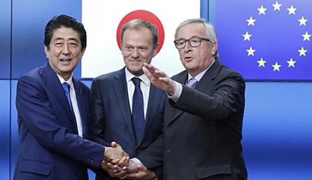Thủ tướng Nhật Bản Shinzo Abe và Chủ tịch Ủy ban châu ÂU (EC) Jean-Claude Juncker (phải) và Chủ tịch Hội đồng châu Âu Donald Tusk tại lễ ký FTA Nhật Bản-EU.