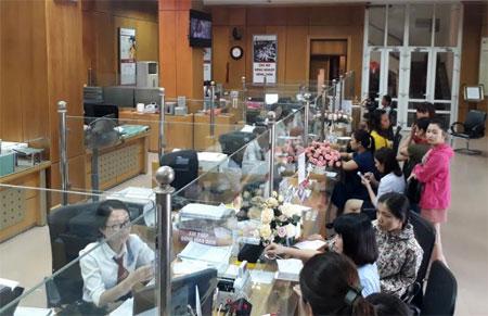 Nhiều khách hàng đến giao dịch tại Chi nhánh Ngân hàng Agribank tại Yên Bái.