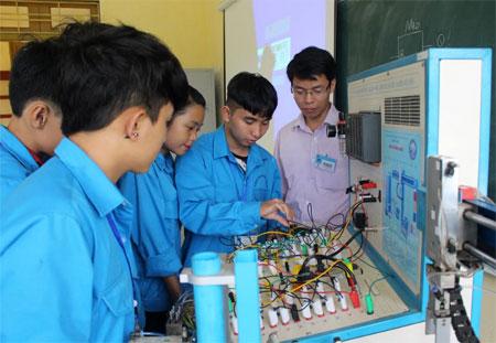 Sinh viên Trường Cao đẳng Nghề Yên Bái thực hành trên mô hình điều khiển phân loại sản phẩm dùng PLC và điều khiển khí nén.