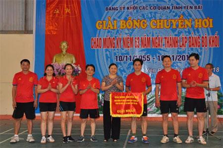 Ban Tổ chức trao giải Nhất cho đội bóng chuyền hơi Sở Giáo dục và Đào tạo.