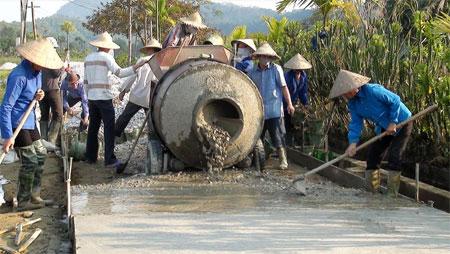 Nhân dân huyện Lục Yên tham gia bê tông hóa đường giao thông nông thôn.