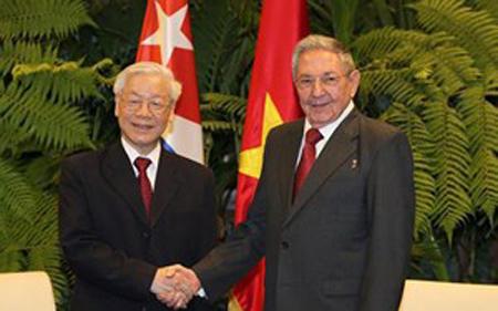 Chủ tịch Cuba Miguel Mario Diáz Canel Bermúdez (trái) trở thành người kế nhiệm Chủ tịch Raul castro (phải) lãnh đạo đất nước Cuba tháng 4/2018.