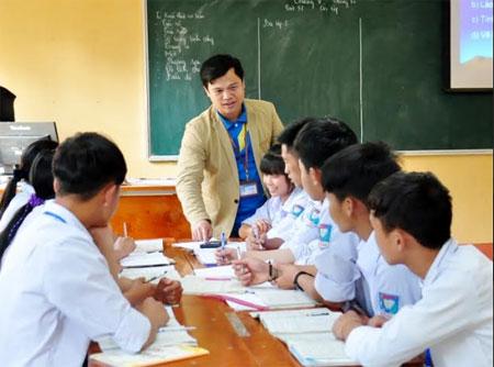 Thầy giáo Trần Huy Thụy hướng dẫn học sinh ôn luyện môn Toán.