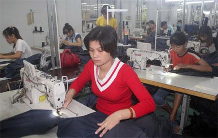 Hợp tác xã May mặc xuất khẩu Lục Yên hoạt động đầu năm 2018, tạo việc làm cho 70 công nhân, với thu nhập bình quân trên 5 triệu đồng/người/tháng.