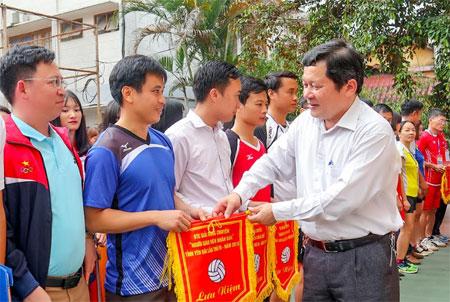 Đồng chí Vương Văn Bằng - Giám đốc Sở Giáo dục và Đào tạo trao cờ lưu niệm cho các đoàn vận động viên tại Lễ Khai mạc
