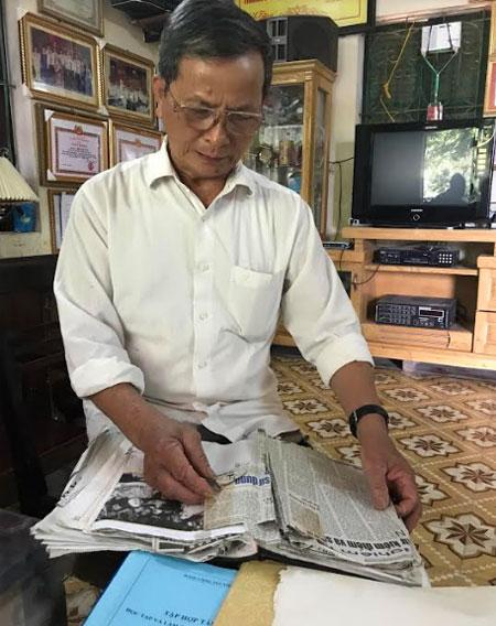 Bí thư Chi bộ Khuất Minh Tảo nghiên cứu các tư liệu, tài liệu viết về Chủ tịch Hồ Chí Minh.