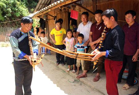 Đội văn nghệ bản sắc xã Lao Chải, huyện Mù Cang Chải thường xuyên luyện tập và truyền dạy cho lớp trẻ.