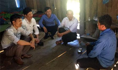 Lãnh đạo xã Lao Chải cùng cán bộ Bảo hiểm xã hội huyện Mù Cang Chải tuyên truyền cho người dân tham gia bảo hiểm xã hội tự nguyện tại bản Xéo Dì Hồ.