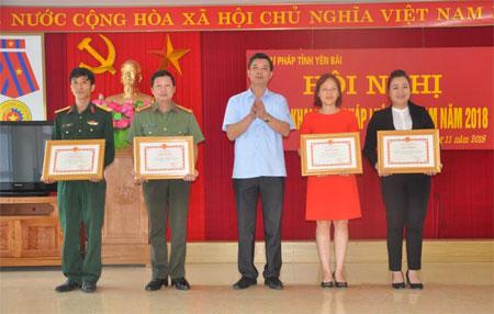 Các tập thể nhận bằng khen của Chủ tịch UBND tỉnh.