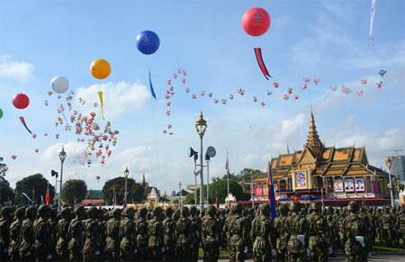 Quang cảnh Lễ mít-tinh kỷ niệm 65 năm Quốc khánh Campuchia tại Hoàng cung.