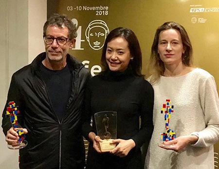 Đạo diễn Hồng Ánh rạng rỡ nhận Giải thưởng lớn của Ban tổ chức trao cho 'Đảo của dân ngụ cư'.