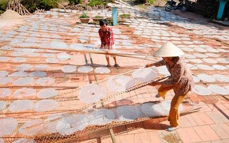 Làng nghề bánh tráng Mỹ Lồng ở huyện Giồng Trôm.
